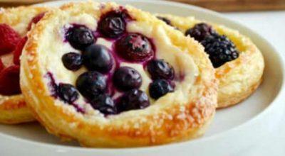 Cлоеные тарталетки с творогом и ягодами!