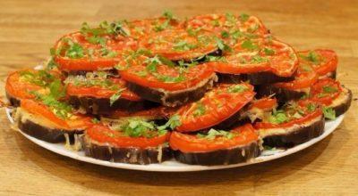 Баклажаны кружочками в духовке с сыром и помидорами